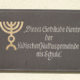 Memorial plaque to the former Jewish community.
